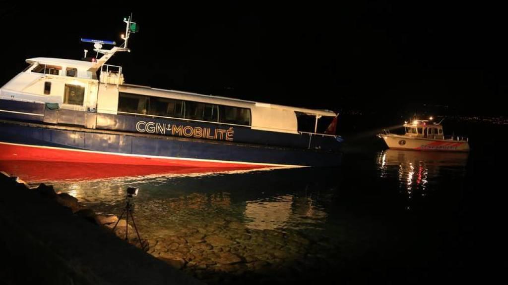 """Mehrere Polizeiboote waren im Einsatz, um die havarierte """"Genève"""" abzuschleppen."""