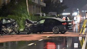Frontalkollision: 2021 soll die Anklage gegen den Strassenrowdy stehen. Im Bild die beiden Unfallautos auf der Bernstrasse in Dietikon.