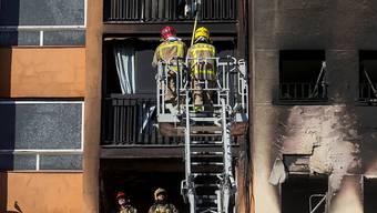 Bei einem Brand in einem Hochhaus im spanischen Barcelona sind drei Personen ums Leben gekommen. 16 weitere Menschen wurden verletzt - ein Baby schwebt in Lebensgefahr.