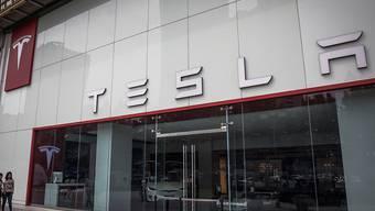 Der US-Elektroautobauer Tesla weitete seinen Verlust im zweiten Quartal auf 718 Millionen Dollar von 336 Millionen Dollar im Vorjahr aus.