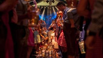 Wie auf der Münchner Wiesn: Am Badener Oktoberfest wird bayrische Tracht getragen und auf Bänken getanzt.