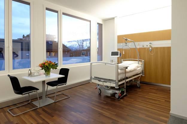 Die Patientenzimmer im neuen Gebäude sind hell und lichtdurchflutet.