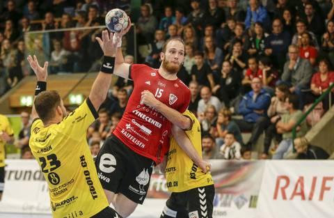 HSC-Co-Captain Tim Aufdenblatten (M.) setzt sich gegen Karlo Ladan (l.) und Lukas Riechsteiner (r.) einen Angriff ab.