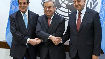 UNO-Generalsekretär Antonio Guterres mit dem griechisch-zyprischen Präsidenten Nicos Anastasiades (l) und dem Präsidenten der international nicht anerkannten türkischen Republik Nordzypern, Mustafa Akinci