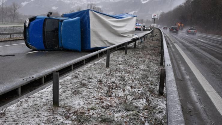 Auf der Autobahn A13 ist am Mittwochmittag ein Lieferwagen mit Anhänger wegen einer Windböe umgekippt.