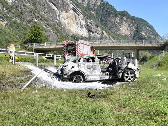 Auf der Nordspur der Autobahn A13 ist ein Auto von der Fahrbahn abgekommen. Es überschlug sich auf das Dach und begann zu brennen. Ein Kind wurde im total beschädigten Auto eingeklemmt und konnte nicht mehr rechtzeitig befreit werden. Es verstarb noch vor Ort.