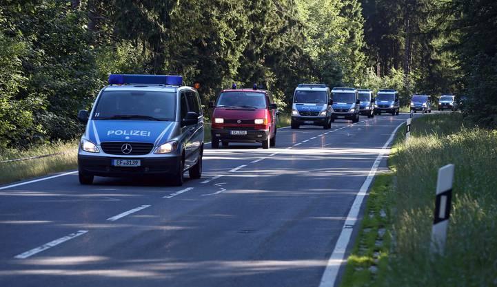 Polizisten durchsuchen den Wald zwischen Rodacherbrunn und Nordhaben in Deutschland.