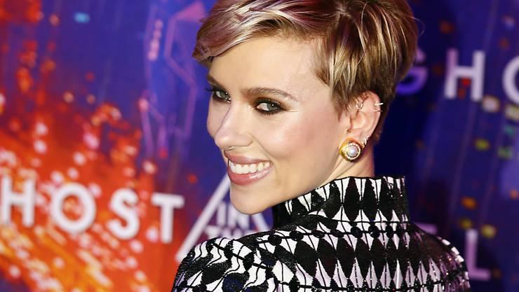 Scarlett Johansson liebt Knarren, hängt aber ungern an Drahtseilen.