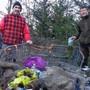 Er entdeckte die undichte Abfallgrube in Duggingen: Marco Agostini (links), hier mit einem Helfer. zvg