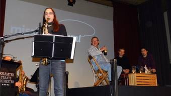 Sarah Chaksad (links) mit Philipp Galizia, Andreas Bürgisser und Kaya Inan auf der Bühne der Mission Freiamt. Jörg Baumann