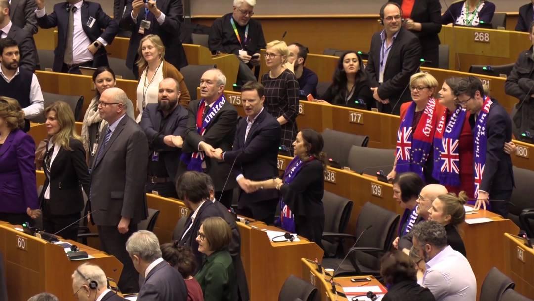 Der Brexit ist besiegelt, die Briten singen im EU-Parlament