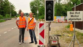 Bei der Einmündung Bollackerweg gibts für rund sechs Wochen eine Lichtsignalanlage; rechts Projektleiter Markus Kissling, links Bauleiter Michele Carrer.