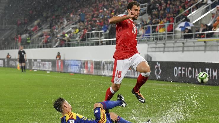 Admir Mehmedi kämpft um den Ball