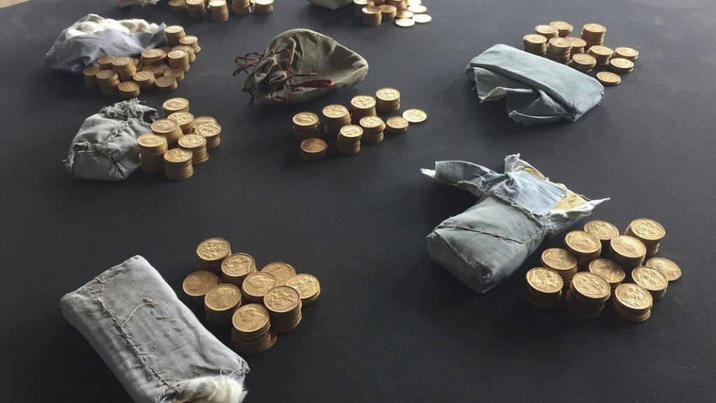Die 913 Geldstücke, welche der Klavierstimmer Martin Backhouse unter den Tasten des Klaviers in bestickten Beuteln entdeckt hatte.