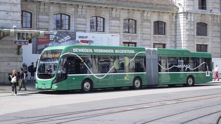 Der neue e-Bus der BVB fährt im Moment auf der Flughafenlinie 50, hier beim Bahnhof SBB