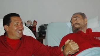 Hugo Chávez und Fidel Castro stehen sich während ihrer Krankheitszeit gegenseitig bei