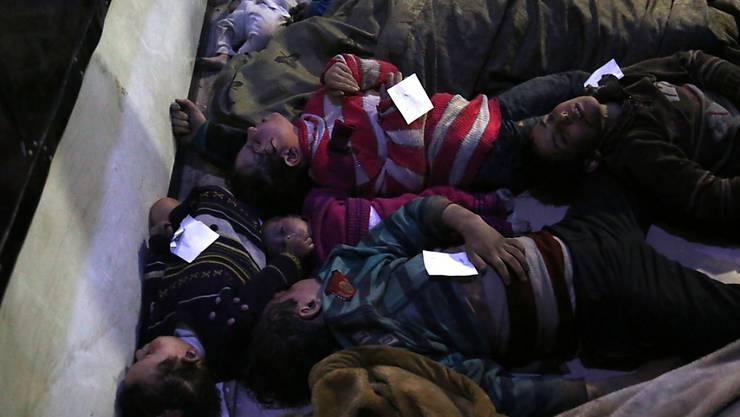 Unter den Opfern sind auch Kinder: Laut Aktivisten kamen bei einem mutmasslichen Giftgasangriff auf die syrische Stadt Duma über 150 Menschen ums Leben.