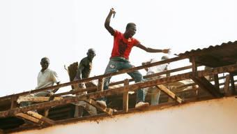 Christliche Jugendliche auf dem Dach einer Moschee in Bangui