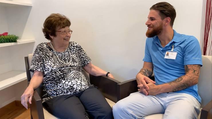 Patrick Lanz hört der Seniorin Margrit Haag gerne beim Singen zu – eine Szene aus dem Kampagnenvideo des Reussparks.