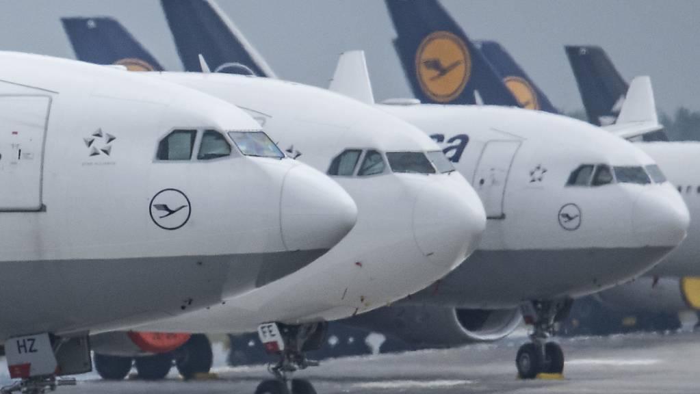 Die deutsche Fluggesellschaft Lufthansa kann vorerst aufatmen. Die EU-Kommission und die deutsche Regierung haben sich im Streit um Auflagen für ein Rettungspaket geeinigt. (Archivbild)