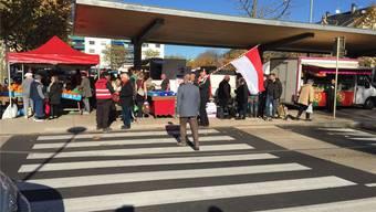 Die autonomistische Partei «Unser Land» setzt sich für mehr Selbstständigkeit des Elsass ein. Ihre Farben sind Rot und Weiss; hier beim Wahlkampf auf dem Markt von Saint-Louis.