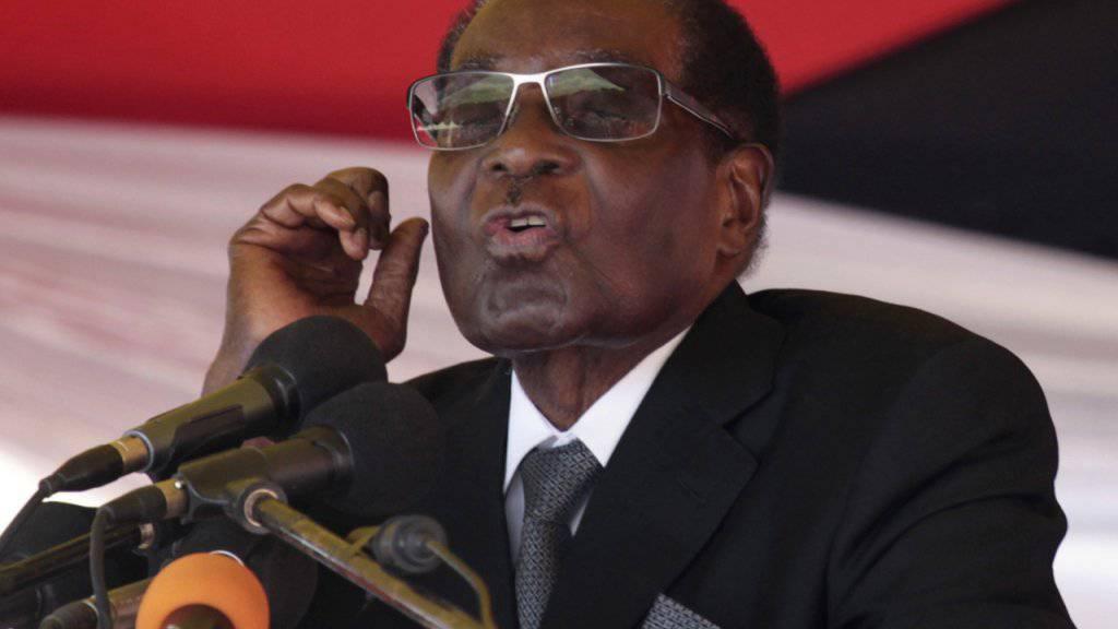 Die Armee sagt, bei der Intervention handle es sich um keinen Putsch - dennoch steht Langzeitpräsident Mugabe offenbar unter Hausarrest. (Archivbild)