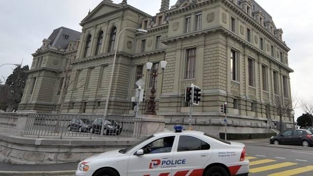 Ein Polizeiauto vor dem Gerichtsgebäude in Lausanne (Archiv)