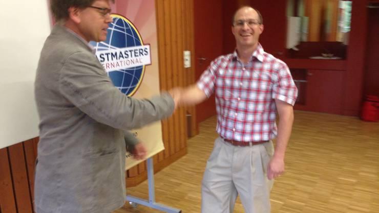 Präsident Daniel Stauffer überreicht dem TM-Mitglied Roger Zäh die erste CC-Auszeichnung.