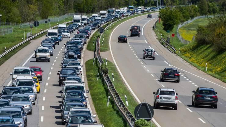 Im Tessin staut es in Richtung Gotthard: Nach einer Massenkarambolage mit 10 Fahrzeugen ist die A2 Richtung Norden zwischen Lugano-Nord und Lugano-Süd für den gesamten Verkehr gesperrt. (Symbolbild/Archiv)
