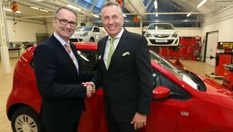 Ronald Ziegler (links), Geschäftsführer der Amag Dulliken, übergab AGVS-Präsident René Bobnar ein Ausbildungsfahrzeug VW Up.