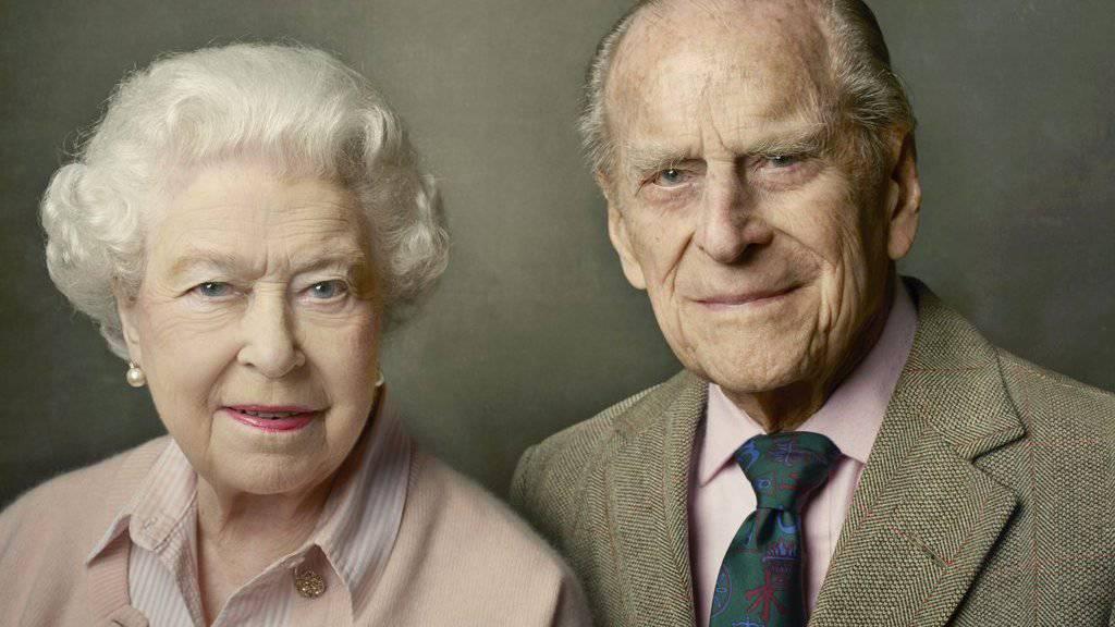 Aufgenommen von der US-Starfotografin Annie Leibovitz, pünktlich zu den Feiern zum 90. Geburtstag der Queen: Elizabeth II. und ihr Mann Prinz Philip.