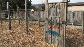 Beim Kindergarten-Spielplatz wurden Spielgeräte versprayt.