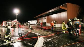 Die Zusammenarbeit funktionierte bisher auch im Ernstfall, wie hier auf dem Bild beim Brand der Lagerhalle der X. Wiederkehr AG in Bünzen 2006.