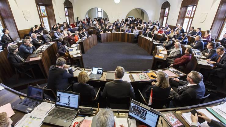 Im Kantonsratssaal herrscht ein ziemlich reges Kommen und Gehen.