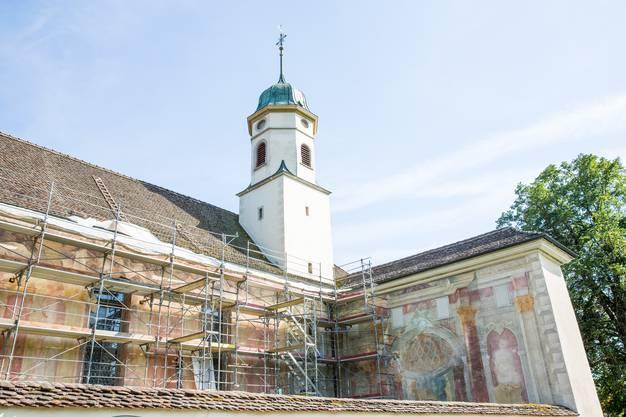 Nächste Woche wird auch noch die Westwand des Kirchhofs eingerüstet.