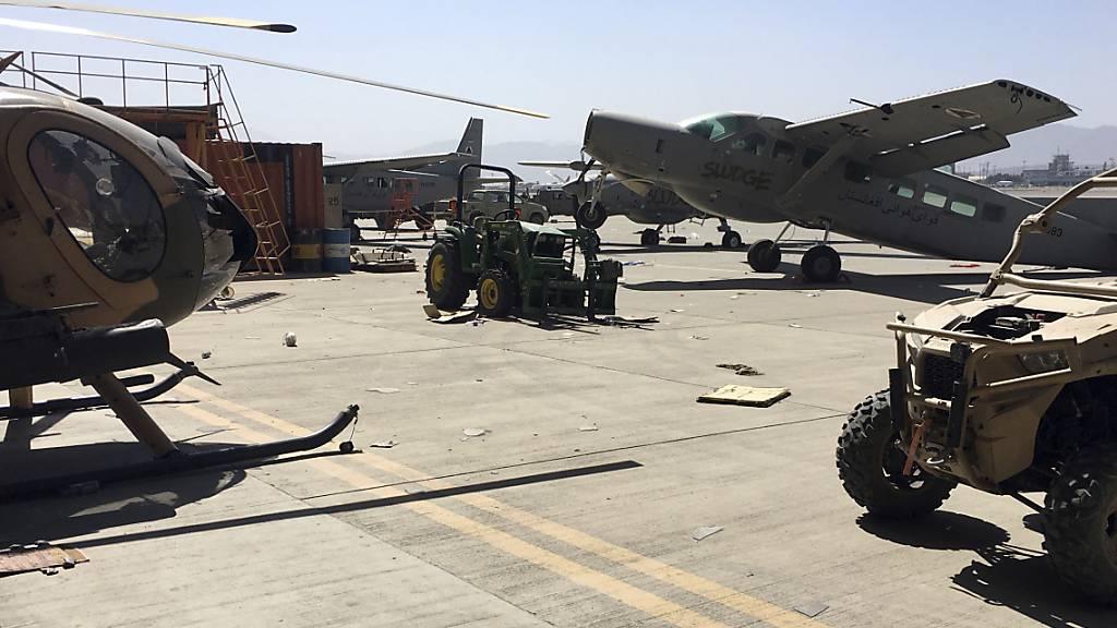ARCHIV - Beschädigte Militärflugzeuge stehen auf dem internationalen Flughafen Hamid Karzai in Kabul. Die militant-islamistischen Taliban arbeiten an der Wiedereröffnung des Flughafens in der afghanischen Hauptstadt. Foto: -/AP/dpa