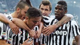 Wird von seinen Juve-Teamkollegen nach dem 1:0 gegen Atalanta gefeiert: Paulo Dybala (im Bildvordergrund)