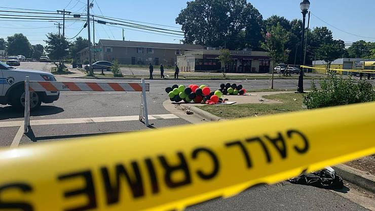 Bei einem spontanen Strassenfest sind in den USA am Montag (Ortszeit) mehrere Personen ums Leben gekommen, als es plötzlich zu einer Schiesserei kam.