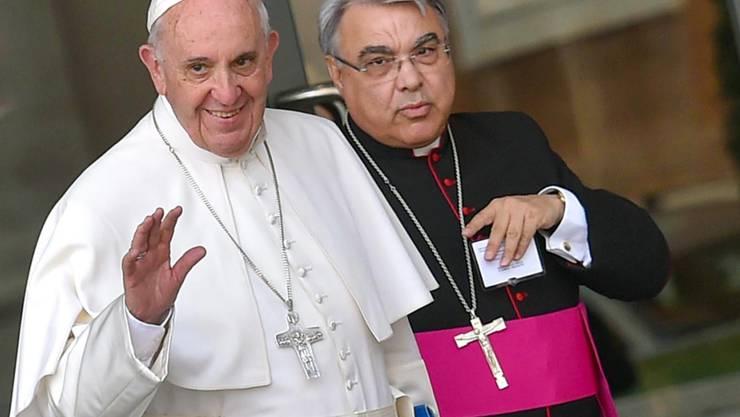 ARCHIV - Papst Franziskus (l) und Bischof Marcello Semeraro reisen am Ende der Vormittagssitzung der XVI. Ordentlichen Sitzung der Bischofssynode in der Synodenhalle ab. (zu dpa «Papst ernennt neue Spitzenleute im Vatikan - Kardinal Marx bestätigt») Foto: Ettore Ferrari/ANSA/dpa