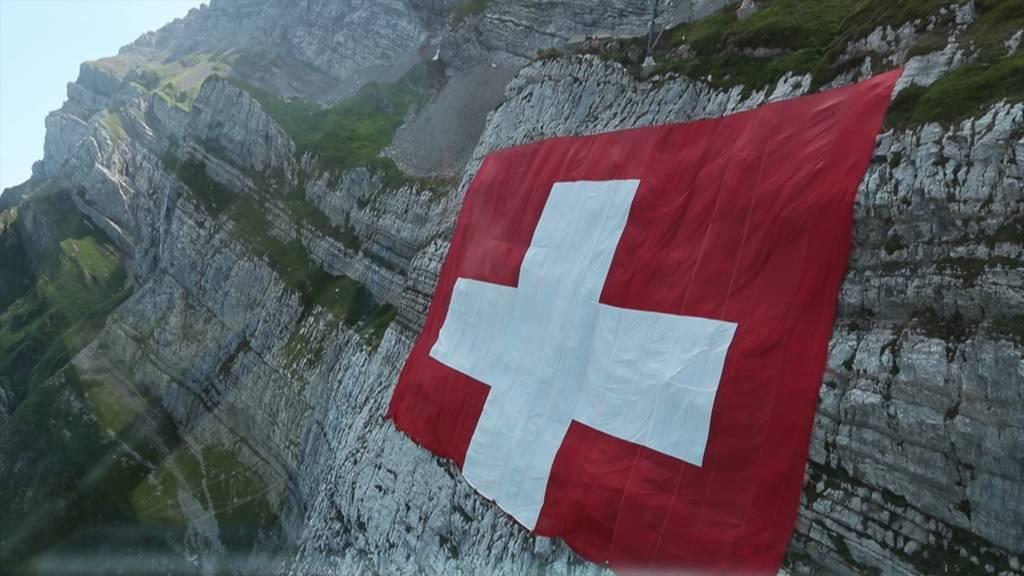 Die «grösste Schweizer-Fahne der Welt» hängt am Säntis
