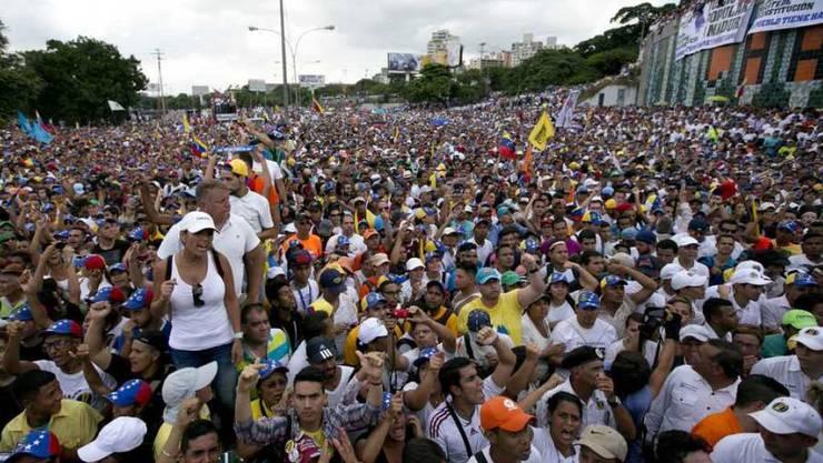 Protestierende Menschenmenge am Mittwoch in Caracas.