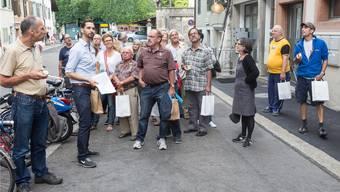 Martin Tschumi (hellblaues Hemd) führt eine der sechs Gruppen durch die sich entwickelnde Vorstadt.