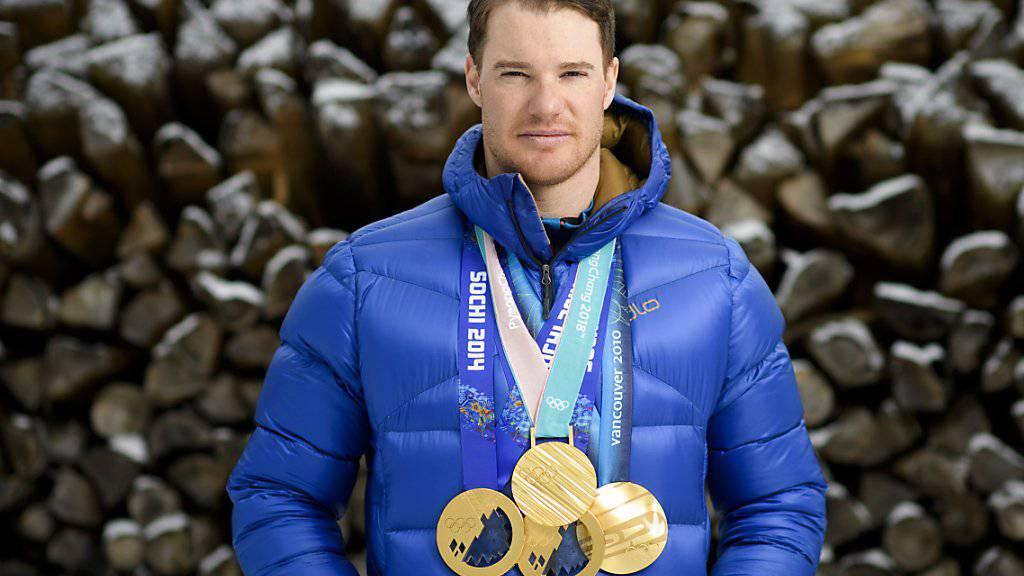 Dario Cologna posiert mit seinen vier olympischen Goldmedaillen von Vancouver, Sotschi und Pyeongchang