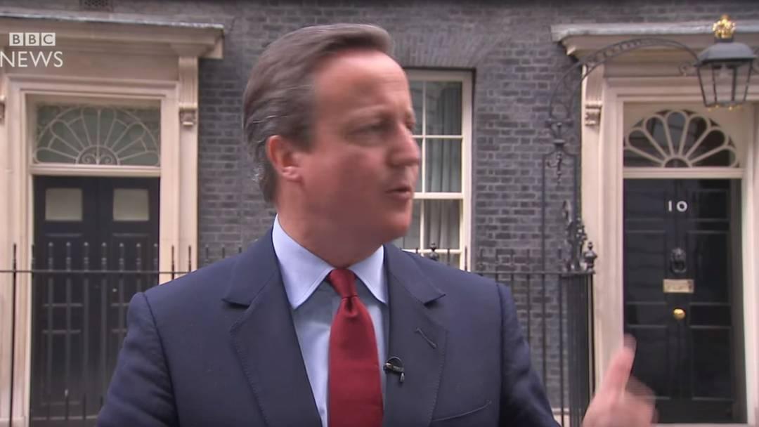 Mikrofon noch an: David Cameron sing vor sich hin, nachdem er sein Rücktritts-Datum bekannt gegeben hat.