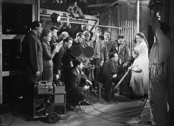 Beim Dreh. Der sitzende Mann, der dem Mädchen was erklärt, ist vermutlich der Regisseur Edmund Heuberger.