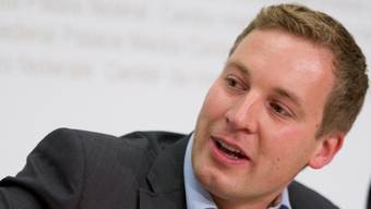 SVP-Nationalrat Lukas Reimann an der Medienkonferenz