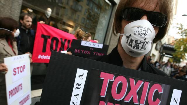 Kamapagne mit Wirkung: Aktivisten protestieren gegen Zara in Nizza (Archiv)