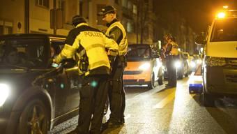 Die Polizisten nahmen während der Verkehrskontrolle sechs Personen fest. (Symbolbild)