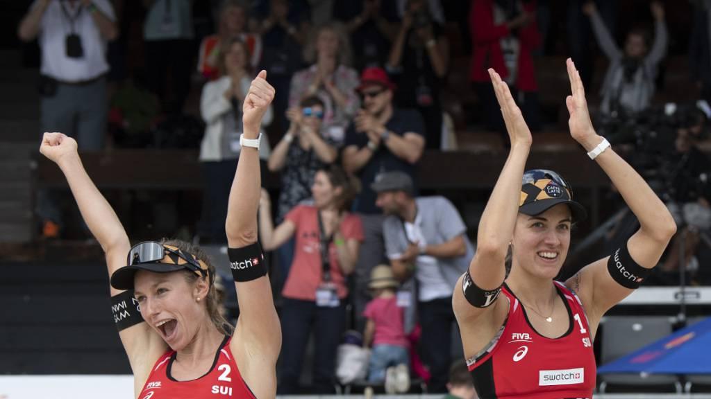 Nina Betschart und Tanja Hüberli jubeln: Sie stehen am Heimturnier in Gstaad in den Viertelfinals