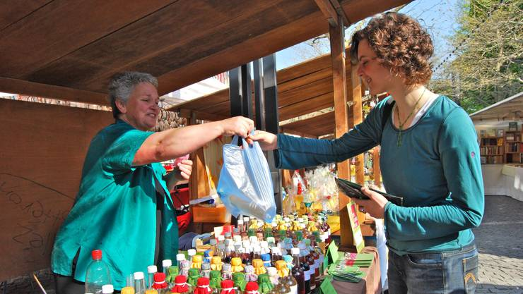Elfriede Hafner verkauft Sirupe aus 25 verschiedenen Minzensorten (Fotos: Deborah Balmer)